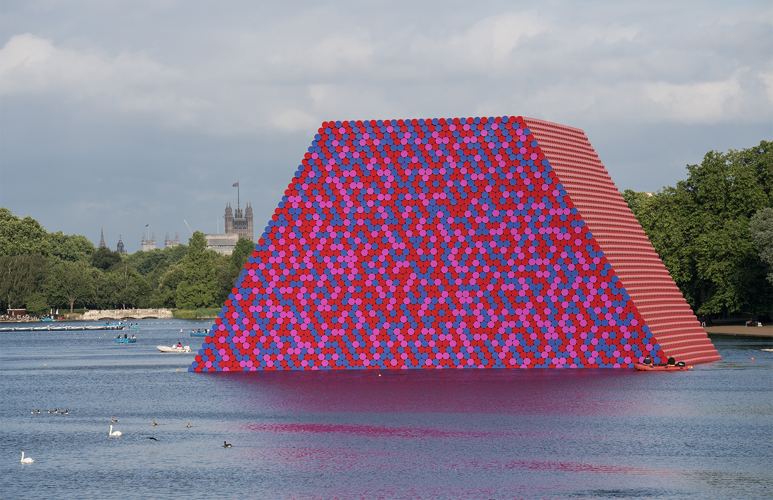 The London Mastaba, Serpentine Lake, Hyde Park 2016-1018. Photography: Wolfgang Volz