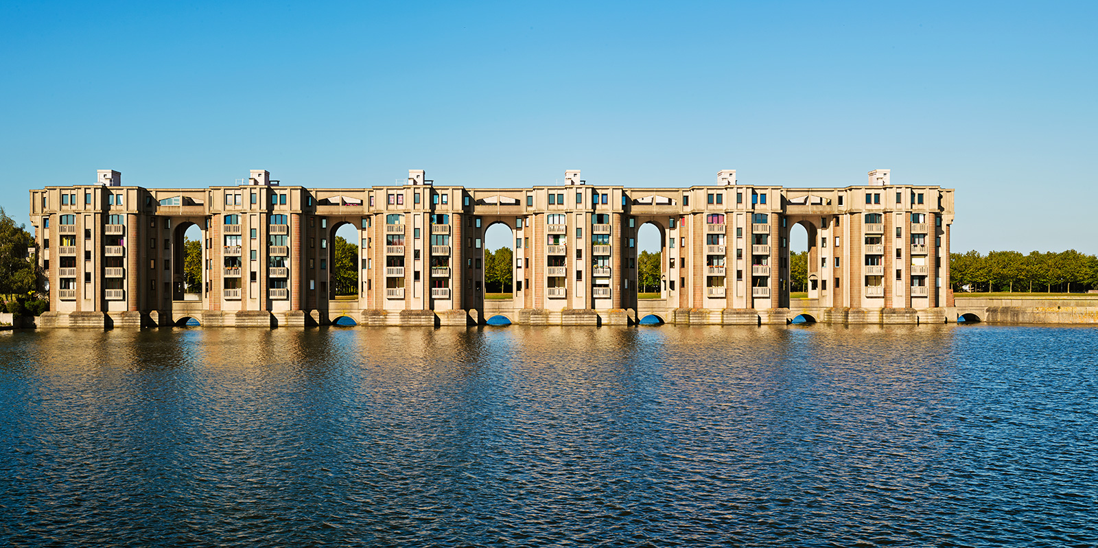 Arcades du Lac, Saint-Quentin-en-Yvelines, near Versailles, France, 1981. Photo Gregori Civera / courtesy of Ricardo Bofill Taller de Arquitectura, Ricardo Bofill, Gestalten 2019