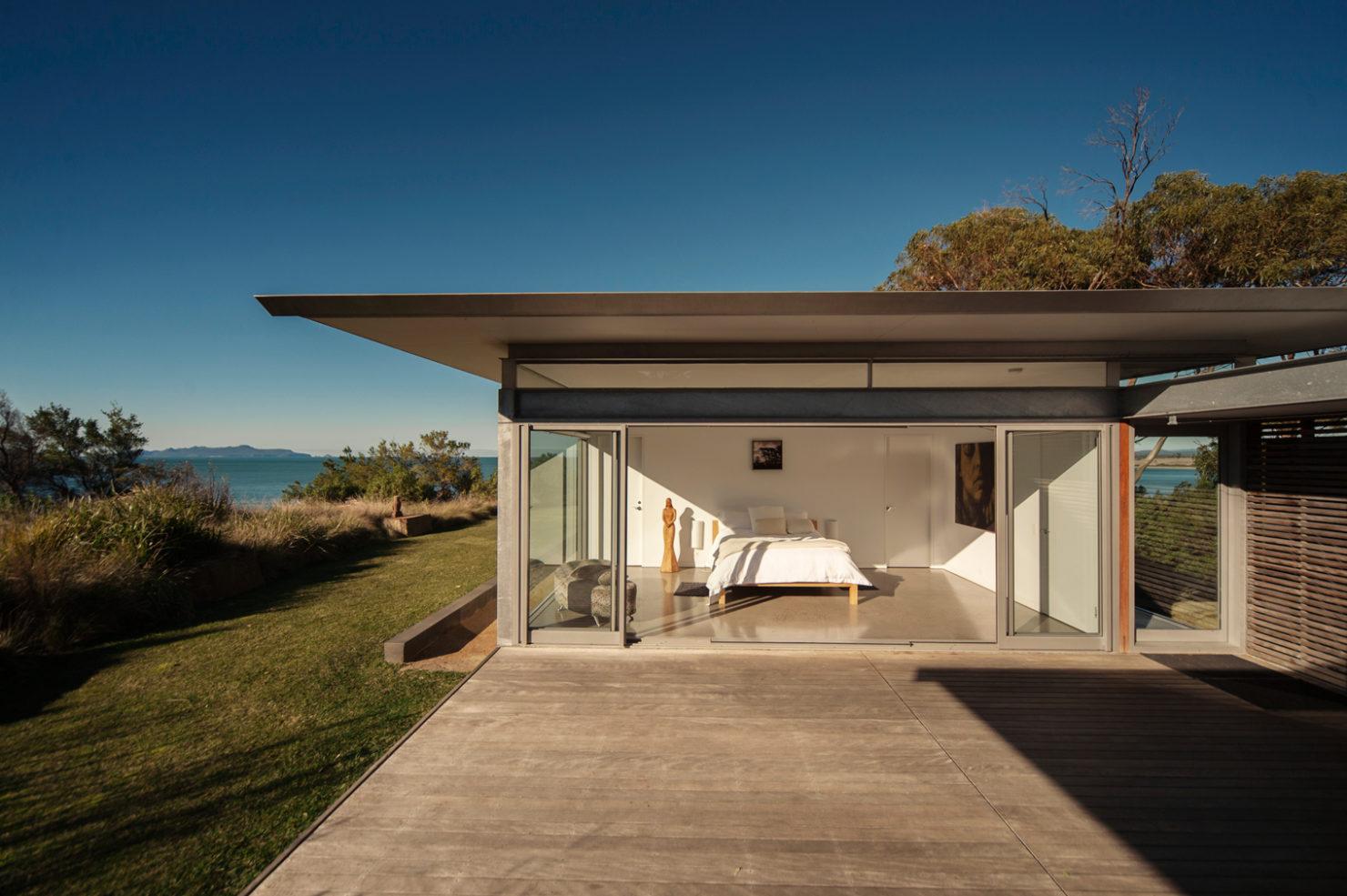 Coastal glass house on Tasmania