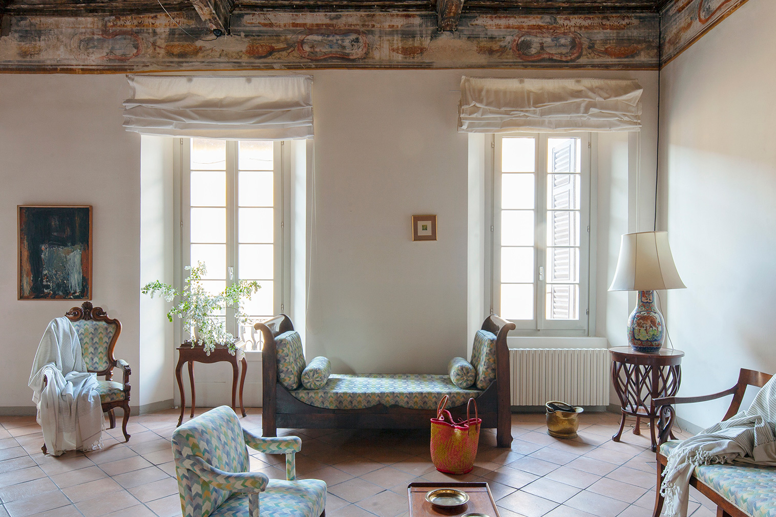 Norwicka took a light decorating and styling the interiors as to blur the line between eras and keep the emphasis on the villa's original selling points