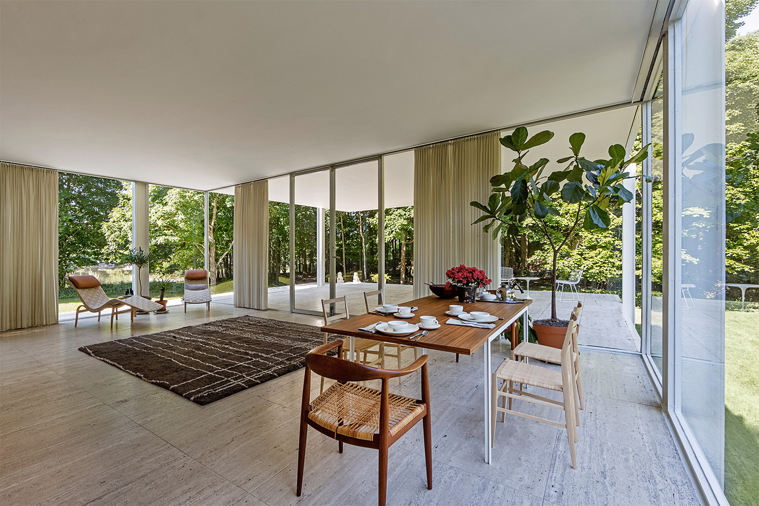 Mies's iconic Farnsworth House goes back to its original interiors for new show