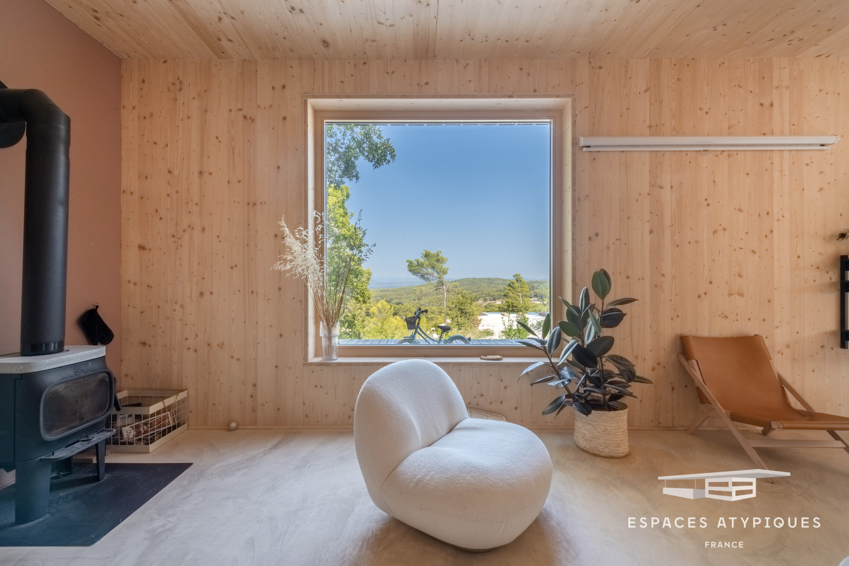 A Shou Sugi Ban country cabin asks for €1.2m in France's Aix-en-Provence