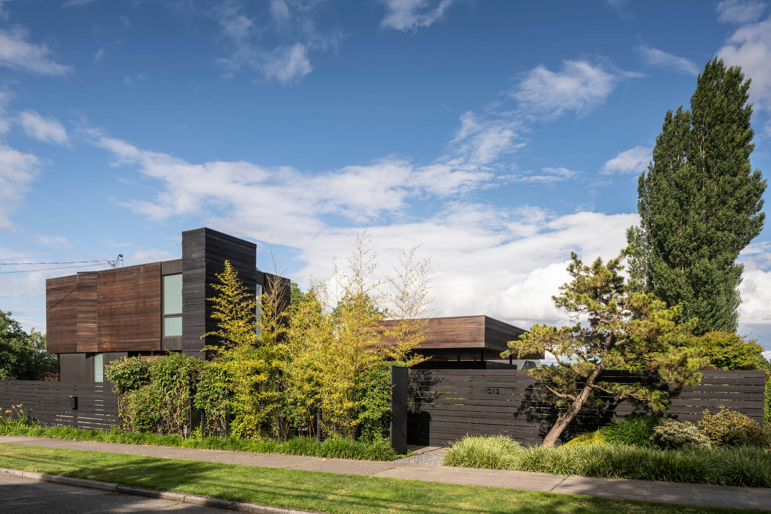 this Seattle home blurs the boundaries between indoor and outdoor space through its clever use of glass, concrete and wood.