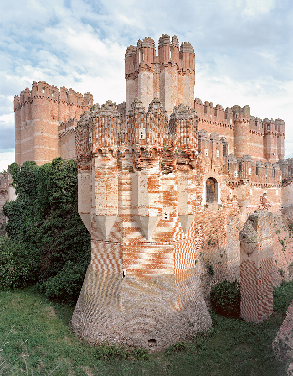 Castillo de Coca in central Spain combines Mudejar and Gothic, masonry work in the Moorish style with a Western-style double-wall structure. It's surrounded by a moat but it is deliverately dry. Segovia, Spain 15th–16th century. Photography: Frédéric Chaubin / Taschen