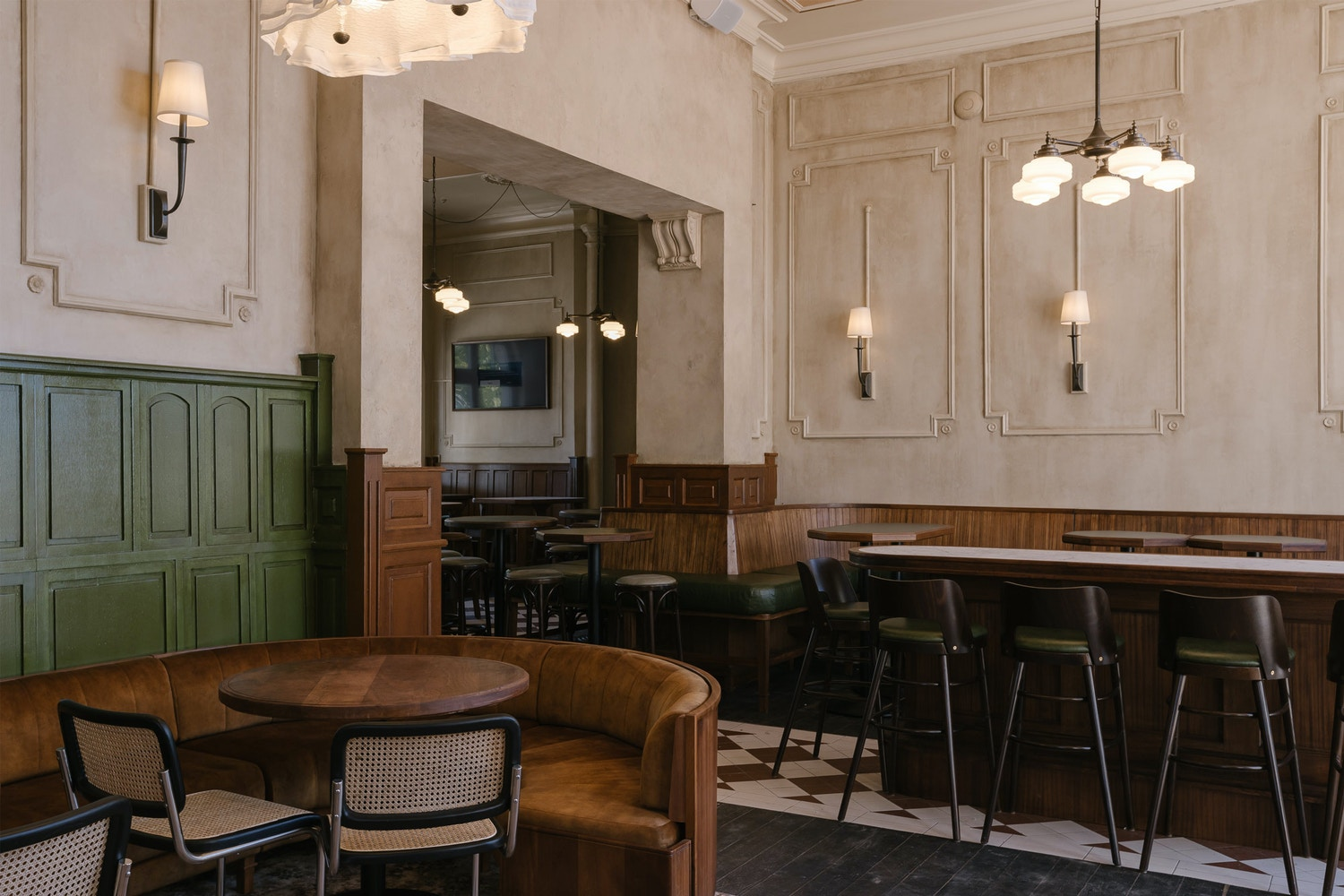 The owner's interest in the 1930s era, alongside the colours and materials found in typical British pubs, formed the starting point for the interiors.