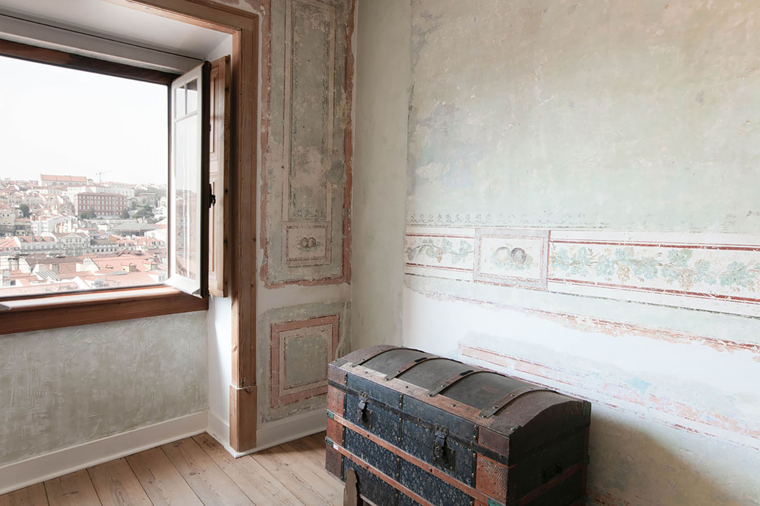 Frescoes have been lovingly revealed them throughout each of its three rooms, and have installed an Italian exposed cable electric system, with ceramic switches, to protect them from damage while updating the apartment's wiring