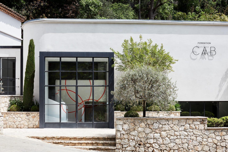 Interlocking circles on the windows are by Felice Varini