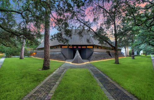 This futuristic Texan house looks like Darth Vader
