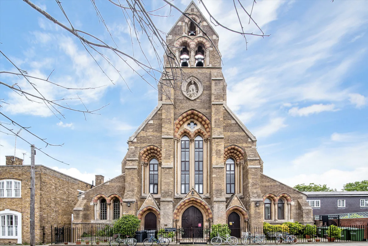 2 BEDROOM FLAT FOR SALE IN ST. CLEMENTS COURT, ARUNDEL SQUARE, LONDON, N7