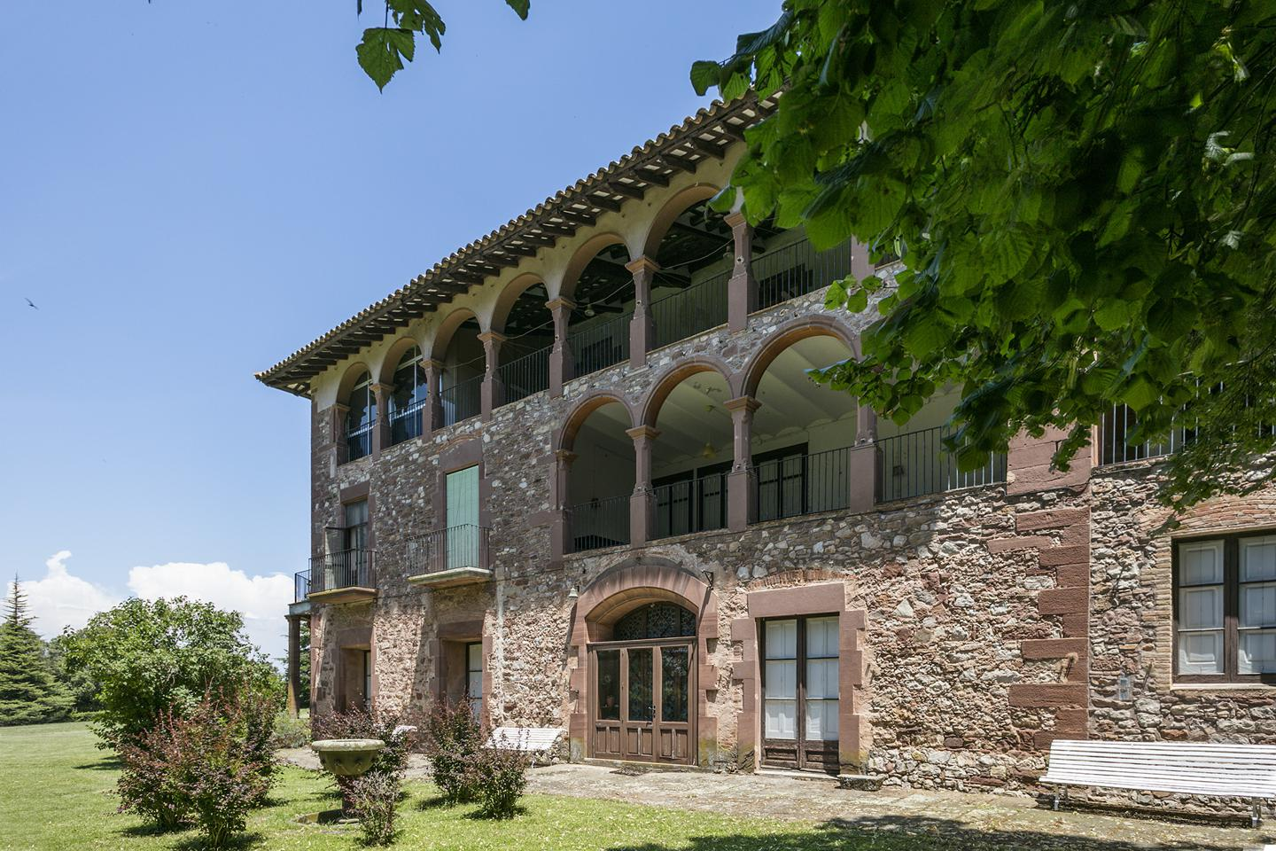 The estate is located in the Osona region of Spain and comprises the old 17th-century manor and the former health clinic.