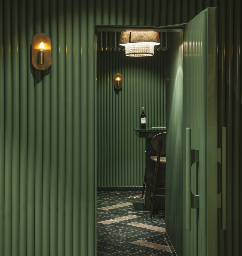 Green granite, fluted walls and wicker chairs create textured surrounds