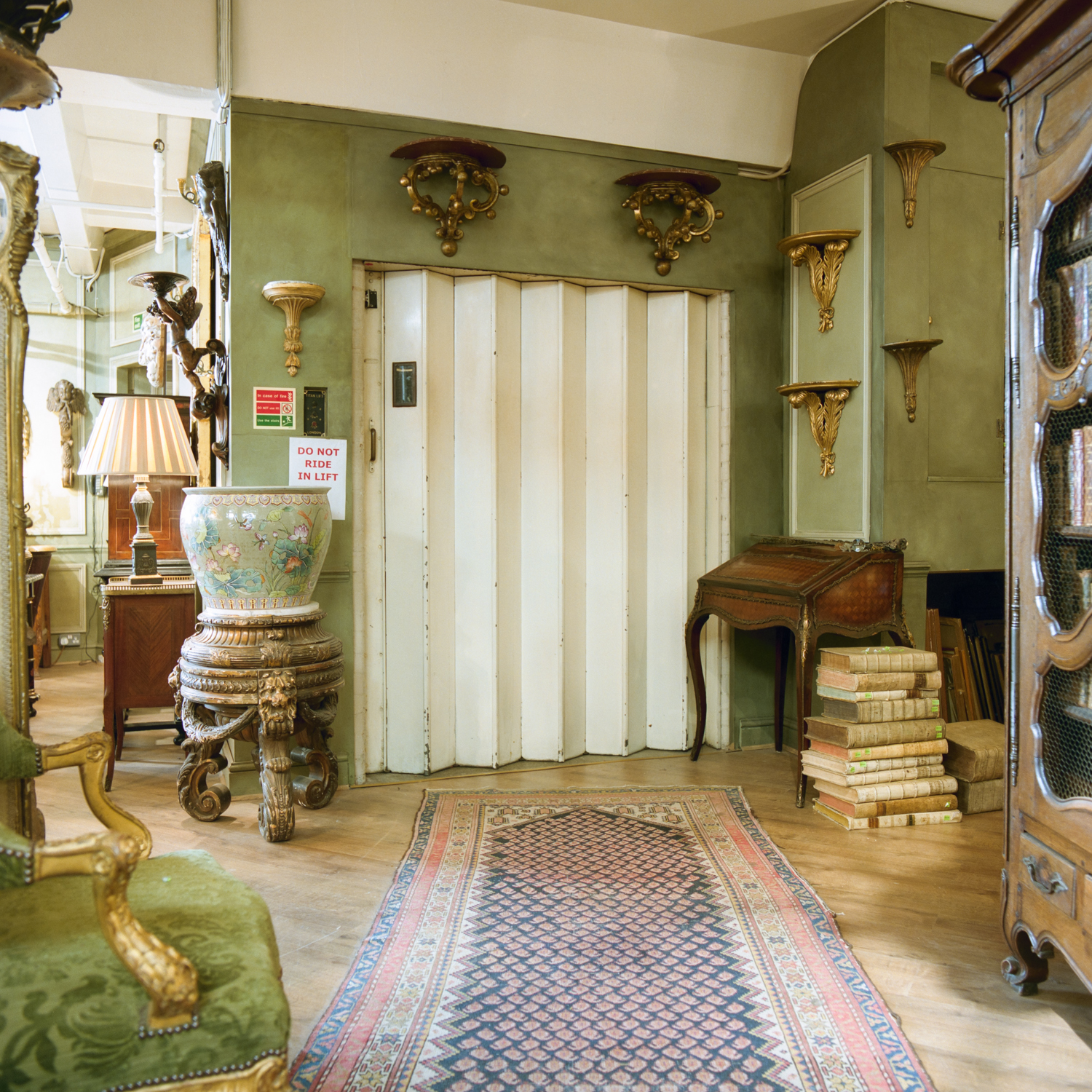 Moultings, chintz and ceramics from the 17th and 18th century feature in this corner. Note the pile of books on the floor.
