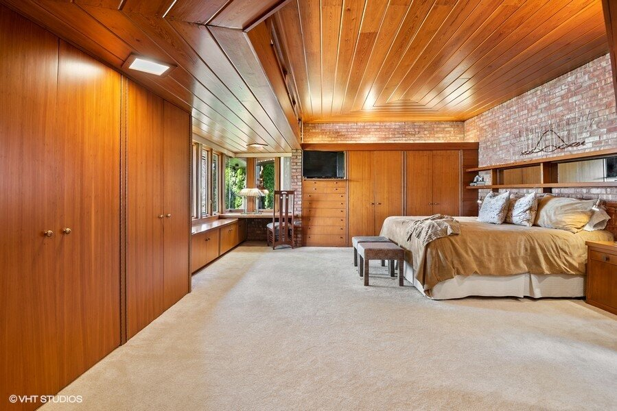 Frank Lloyd Wright's original 1,700 sq ft design was expanded to 3,150 sq ft following his death by his Taliesin apprentice Charles Montooth, adding two further bedrooms and a bathroom in the flat-roofed extension.